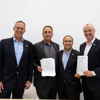 New Jersey Governor and Chamber Chairman sign a CSR MOU